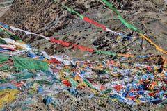 Тибетский флаттер флагов молитве в ветре стоковое фото rf