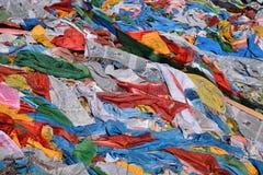 Тибетский флаттер флагов молитве в ветре стоковая фотография rf