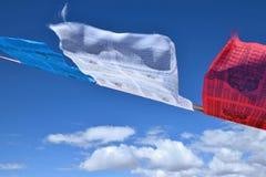 Тибетский флаттер флагов молитве в ветре стоковая фотография