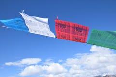 Тибетский флаттер флагов молитве в ветре стоковое фото