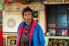 Тибетский человек в кафе в горах Стоковая Фотография