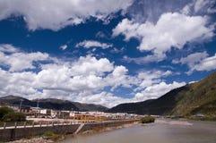 Тибетское графство под голубым небом Стоковая Фотография RF