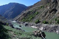 Тибет, Река Brahmaputra в солнечном дне стоковое изображение