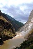 Тигр перескакивая река ущелья Стоковые Фото