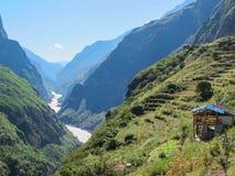 Тигр перескакивая ущелье, город Lijiang, Юньнань, Китай Стоковое Изображение RF