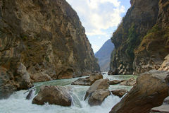 Тигр перескакивая ущелье (hutiaoxia) около Lijiang, провинции Юньнань, Китая Стоковая Фотография