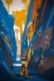 Тигр преследуя в узкой стене утеса Стоковая Фотография