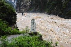 тигр tiao hu gorge скача Стоковая Фотография RF