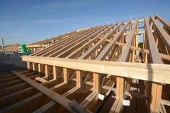 Тимберс нового дома настилая крышу сперва строительная конструкция починки Стоковая Фотография