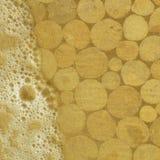 Тимберс под песками и пузырями прибоя. Стоковое Изображение