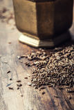 тимон Семена тмина на деревянном столе Тимон в винтажном бронзовом шаре и ложке стоковое фото rf