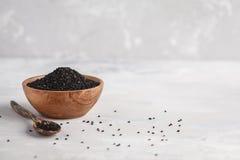 Тимон Nigella sativa или черный в деревянном шаре на белой предпосылке стоковые фото