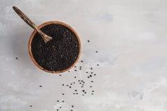 Тимон Nigella sativa или черный в деревянном шаре на белой предпосылке стоковое изображение rf