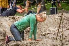 Тинная женщина в беге грязи Стоковое фото RF