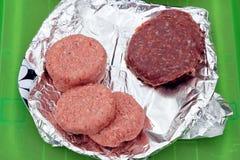 2 типа бургера, традиционных beefburgers и необыкновенной зебры b Стоковые Фотографии RF