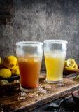2 типа латино-американского пива выпивают Michelada с лимонным соком и солью Чилийское michelada и пряный мексиканец стоковая фотография