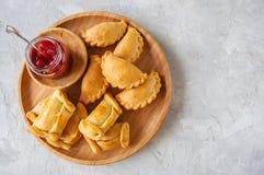 2 типа empanadas на деревянной плите Стоковые Фотографии RF