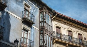 Типичная архитектура жилого дома Irun, Испании стоковое изображение rf