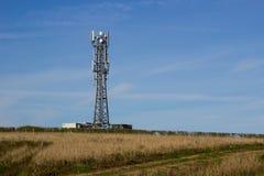 Типичная башня радиосвязей сети радио и мобильного телефона распологает в обрабатываемую землю около Groomsport в графстве вниз,  Стоковые Изображения