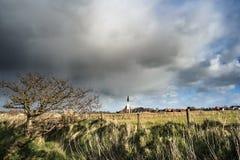 Типичная белая церковь в ландшафте на острове, Texel, Голландии Стоковое Фото