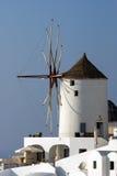 Типичная ветрянка в Oia Стоковые Фото