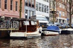 Типичная голландская архитектура, каналы и шлюпки в Амстердаме, Holla стоковые фото
