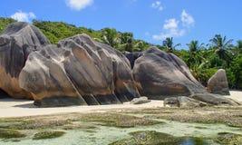 Типичная горная порода с трассировками размывания на пляже в th Стоковые Изображения RF