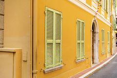 Типичная главная улица в старом городке в Монако в солнечном дне Стоковые Изображения RF