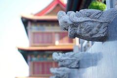 Типичная китайская каменная скульптура головы дракона с китайскими ornamen Стоковое Изображение