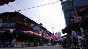 Типичная китайская старая улица городка, рынок покупок Шанхая традиционный акции видеоматериалы