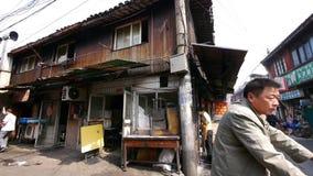 Типичная китайская старая улица городка, рынок покупок Шанхая традиционный сток-видео