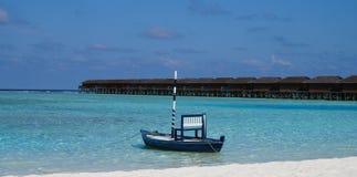 Типичная мальдивская шлюпка на лагуне стоковые изображения rf