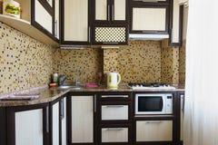 Типичная небольшая кухня в старом стандартном доме стоковая фотография