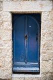 Типичная покрашенная дверь на Moustiers Sainte-Мари в Провансали, Fran Стоковая Фотография