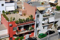 Типичная сцена улицы снабжения жилищем Афин, Греция Стоковая Фотография