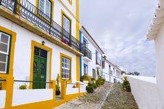 Типичная узкая улица в древнем городе Mertola, Alentejo r Стоковое Фото