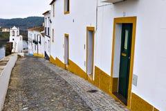 Типичная узкая улица в древнем городе Mertola, Alentejo r Стоковые Изображения