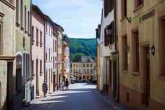Типичная улица в старом городке Vianden, в Люксембурге, Европа, с красочными домами стоковое фото rf