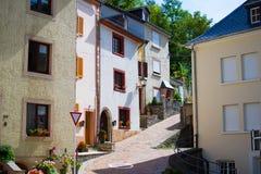 Типичная улица в старом городке Vianden, в Люксембурге, Европа, с красочными домами стоковое изображение rf