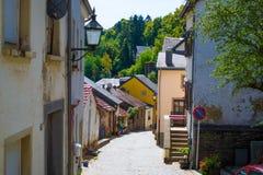 Типичная улица в старом городке Vianden, в Люксембурге, Европа, с красочными домами стоковые изображения rf