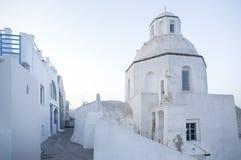 Типичная улица в Thira на острове Santorini, Греции Перемещение, круизы, архитектура, ландшафты Греческие улица и правоверный стоковые фотографии rf