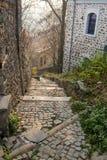 Типичная улица старого городка в Veliko Tarnovo, Болгарии Стоковые Фотографии RF