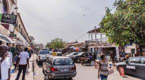 типичная улица в прописной Гамбии Банжуле стоковое фото rf