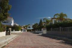 Типичная улица с красивыми виллами в Кипре Стоковые Изображения RF