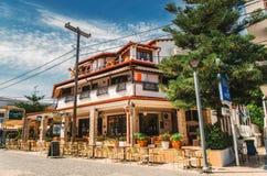 Типичное здание на центральной площади в Hanioti на penisula Kasandra, Halkidiki, Греции стоковая фотография rf