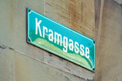 Типичное имя улицы подписывает внутри старый город, Bern, Швейцарию Стоковое Фото