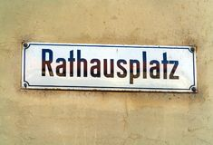 Типичное имя улицы подписывает внутри старый город, Bern, Швейцарию Стоковое Изображение RF