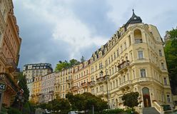Типичное красочное здание террасы в Karlovy меняет чехию стоковая фотография