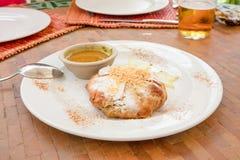 Типичное морокканское bisteeya цыпленка на белом блюде стоковое фото