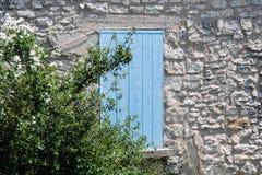 Типичное покрашенное окно на Moustiers Sainte-Мари в Провансали, Fr Стоковое Изображение